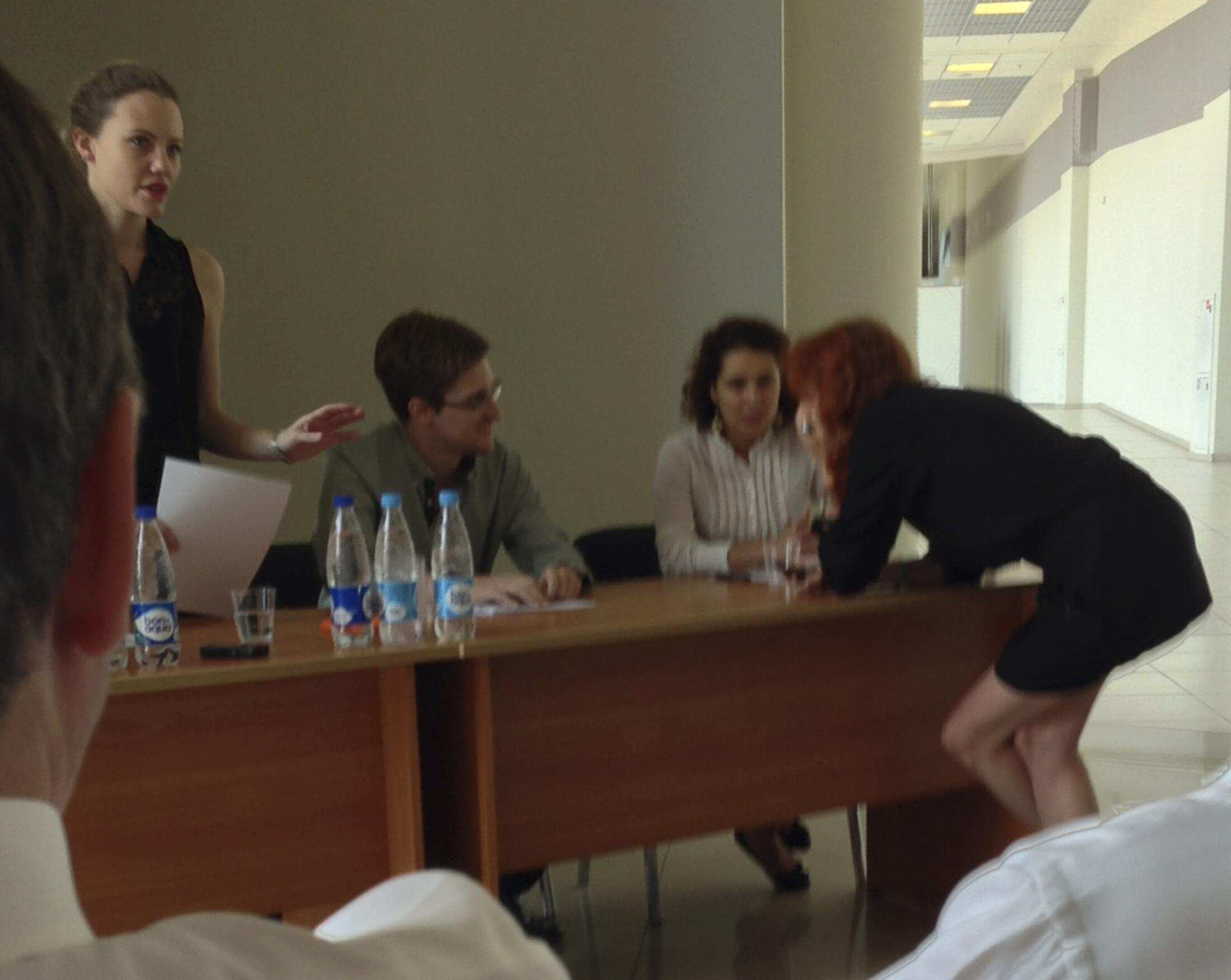 Эдвард Сноуден во время встречи с правозащитными организациями в аэропорту Шереметьево 12/07/2013