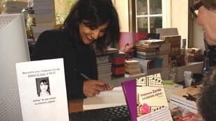 شبنم زریاب، هنگام امضای کتابش در یکی از کتاب فروشی های فرانسه