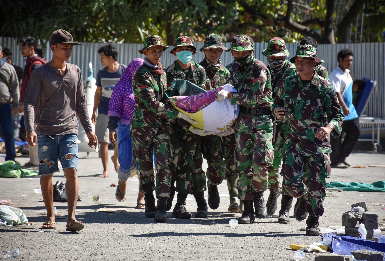 Les secours à pied d'oeuvre à Lombok, le 6 août 2018.