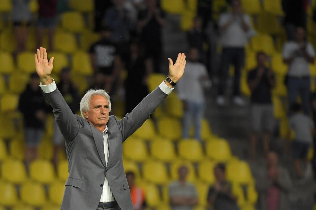Vahid Halilhodzic salue le public du stade de la Beaujoire après sa dernière rencontre comme entraîneur de Nantes, le 2 août 2019.