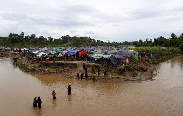 پناهجویان روهینگیا در حال پیوستن به یک اردوگاه موقت مرزی در کوکس بازار.