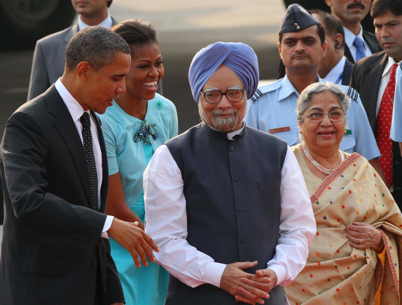 Le président américain Barack Obama (G) et le Premier ministre indien Manmohan Singh (C) à New Delhi, le 07 novembre 2010