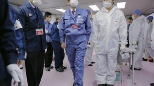 Tân Thủ tướng Nhật Bản Shinzo Abe thăm trung tâm cấp cứu của nhà máy điện nguyên tử Fukushima, ngày 29/12/2012.