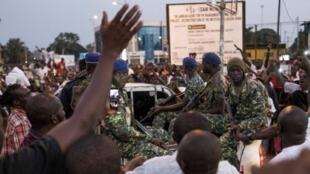 Wananchi wa Gambia washerehekea kuapishwa kwa Adama Barrow katika mitaa ya mji wa Banjul, Januari 19, 2017.