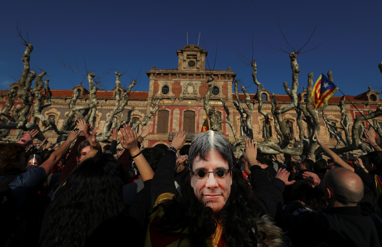Manifestantes saíram às ruas de Barcelona com máscaras de representando Carles Puigdemont.