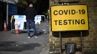 Un hombre aguarda a hacerse una prueba de detección del coronavirus en un centro instalado en East Ham, al este de Londres, el 17 de septiembre de 2020
