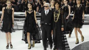 Karl Lagerfeld junto dos seus modelos e uma das suas musas, Inès de la Fressange (à direita).