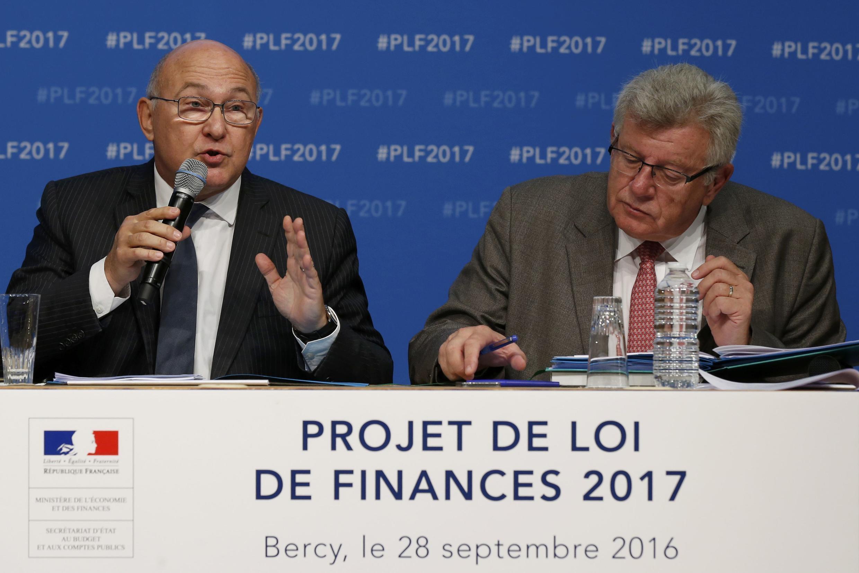 Министр финансов Мишель Сапен (слева) и министр госбюджета Кристиан Экерт на презентации проекта бюджета на 2017 год в Минимтерстве финансов
