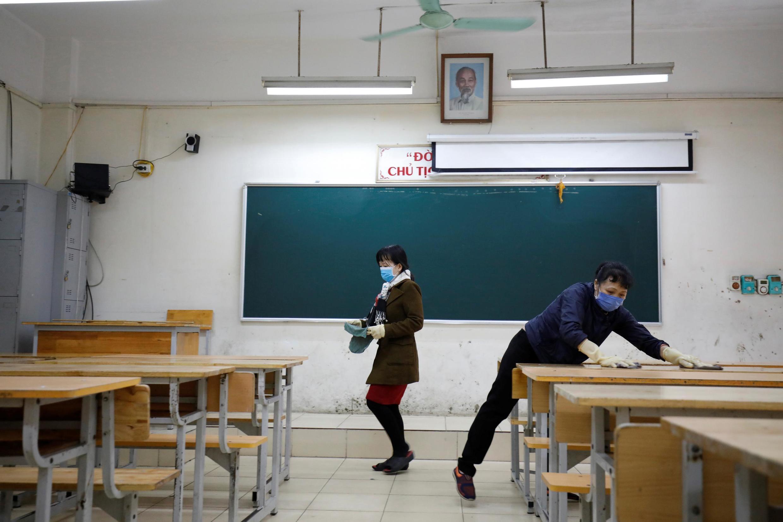 Làm vệ sinh lớp học để chuẩn bị đón học sinh tại một trường ở Hà Nội, Việt Nam, ngày 15/02/2020