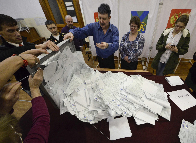 Члены избирательной комиссии начинают подсчет голосов, Владивосток, 18 марта 2018 года.