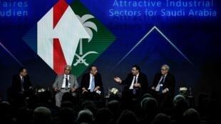 Le PDG de Total Patrick Pouyanné (2e à droite) et le ministre saoudien de l'Energie Khalid al-Falih (3e à droite), lors d'un forum à Paris, le 10 avril 2018.