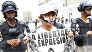 Sur cette pancarte, on peut lire «La liberté d'expression est votre, donc défendez-la», le 11/02/14 à Caracas au Venezuela.