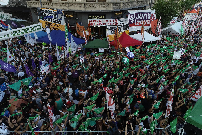 Des manifestant(e)s favorables à la légalisation de l'avortement en Argentine, face au Congrès, ce 29 décembre 2020.