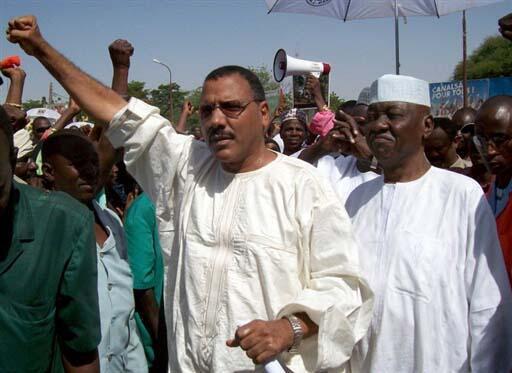 Le leader du PNDS (Parti nigérien pour la démocratie et le socialisme) Mohamed Bazoum (g) lors d'une manifestation de l'opposition à Niamey, le 17 octobre.
