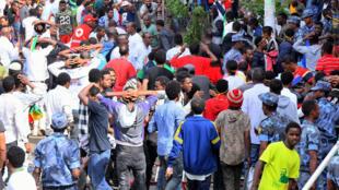 Manifestantes etíopes protestan en las calles contra la explosión que dejó más de 80 heridos. Adis Abeba, 23 de junio de 2018.