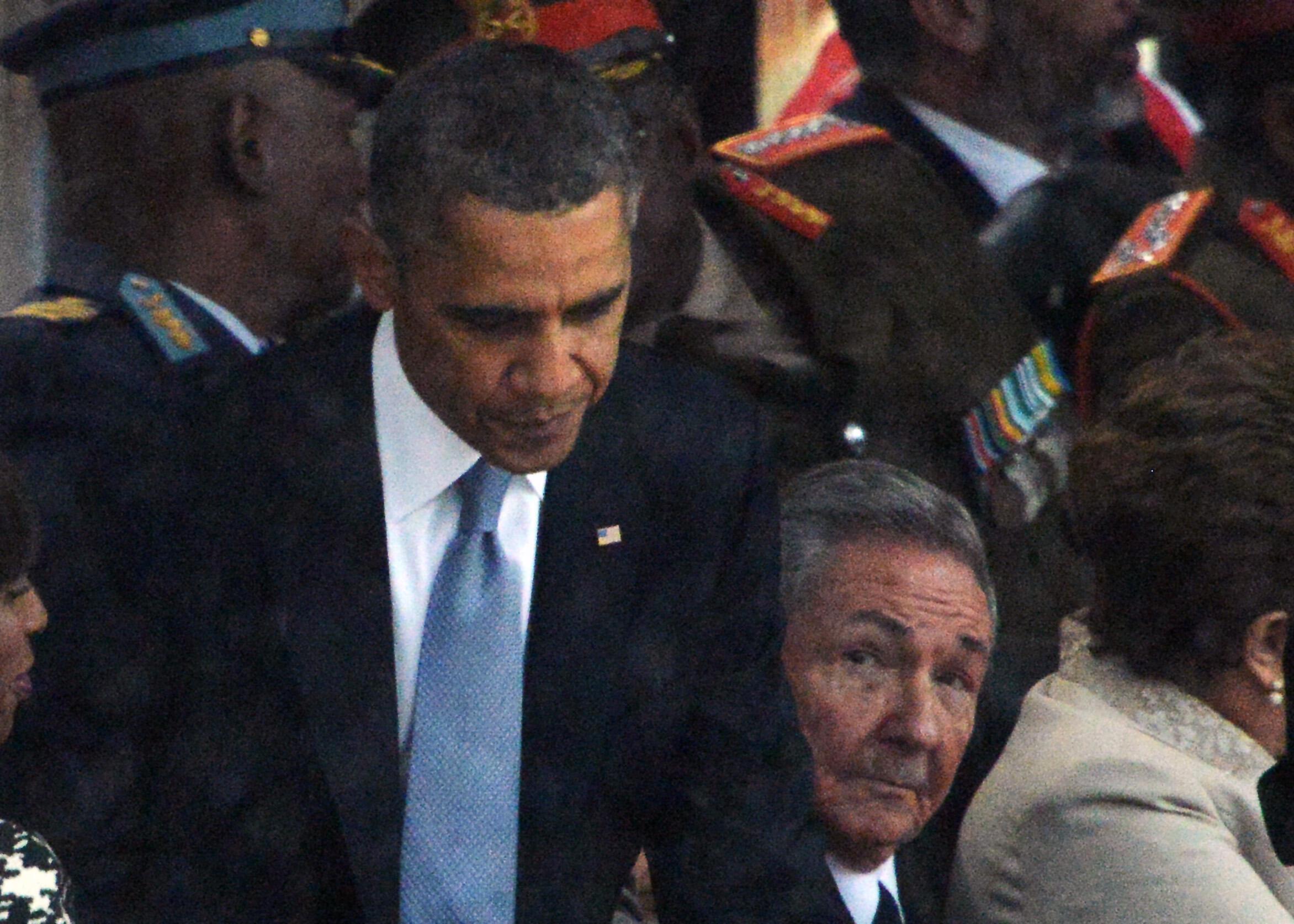 Le président cubain Raul Castro et le président des Etats-Unis Barack Obama se serrent la main, le 10 décembre 2013 lors d'un hommage rendu à Nelson Mandela à Soweto.