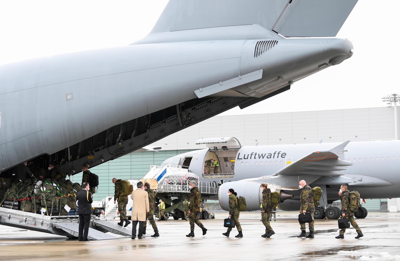 法广存档图片:德国军医队出发前往葡萄牙参加里斯本战疫 摄于2021年2月3日 Image d'archive RFI : Covid-19: une aide médicale allemande embarque à destination du Portugal, submergé par la pandémie, à bord d'un appareil de la Bundeswehr, le 3 février 2021.