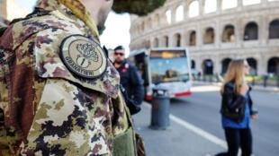 Un soldat italient devant le Colisée, à Rome.