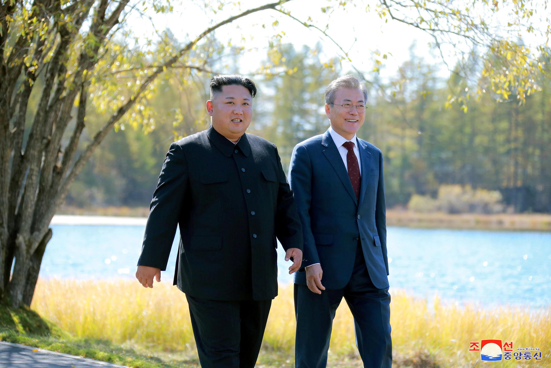 朝中社2018年9月20日傳發給路透社的圖片,顯示朝鮮領導人金正恩與來訪的韓國總統文在寅(右)在午餐會後散步。
