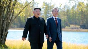 Le président sud-coréen Moon Jae-in (à droite) et le président nord-coréen Kim Jong-un (à gauche) se promènent lors d'un déjeuner, sur cette photo publiée par l'Agence de presse centrale coréenne de Corée du Nord (KCNA) le 21 septembre 2018.