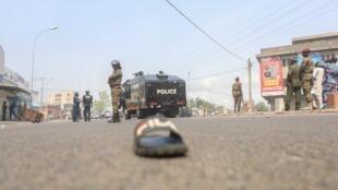 Les réformes du nouveau président Patrice Talon ont poussé la population béninoise dans les rues et à mener des grêves dans plusieurs secteurs publics, notamment la justice. Ici, la police se tient près d'une manifestation à Cotonou, le 9 mars 2018.