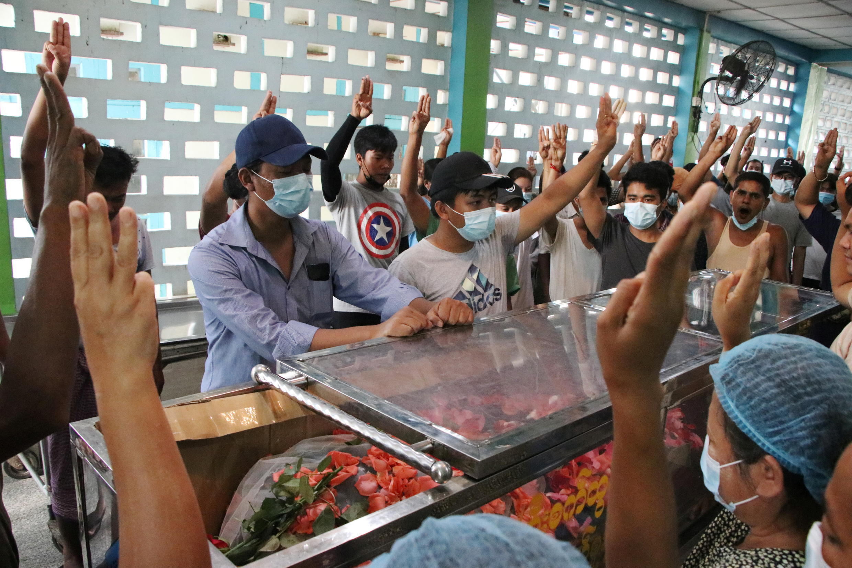紀念死難示威者的緬甸仰光民眾