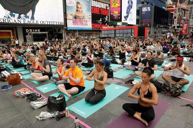 Séance de Yoga, à Times Square, New York, le 21 juin 2017, pour la Journée mondiale du Yoga.