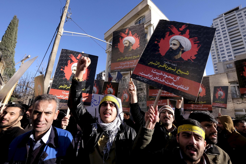 Акция протеста против казни шиитского проповедника Нимра ан-Нимра возле посольства Саудовский Аравии в Тегеране, 3 января 2016 г.