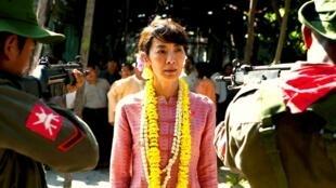 电影《昂山素季》中由杨紫琼饰演的昂山素季面对军政府枪口保护民众