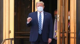 Trump a la salida del hospital militar de Maryland donde fue tratado por covid