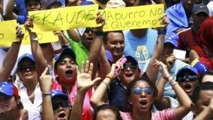 Những người ủng hộ lãnh tụ đối lập Henrique Capriles biểu tình đòi kiểm lại phiếu bầu, trước Hội đồng bầu cử quốc gia ngày 16/04/2013.