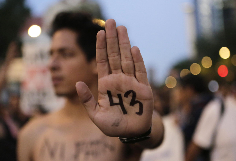 Un manifestante con el N° 43 en la palma de la mano, en alusión a los estudiantes desaparecidos en el estado de Guerrero. El presidente se confronta a protestas en todo el país..