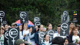 Manifestacion por el asesinato de una mujer en Colombia.