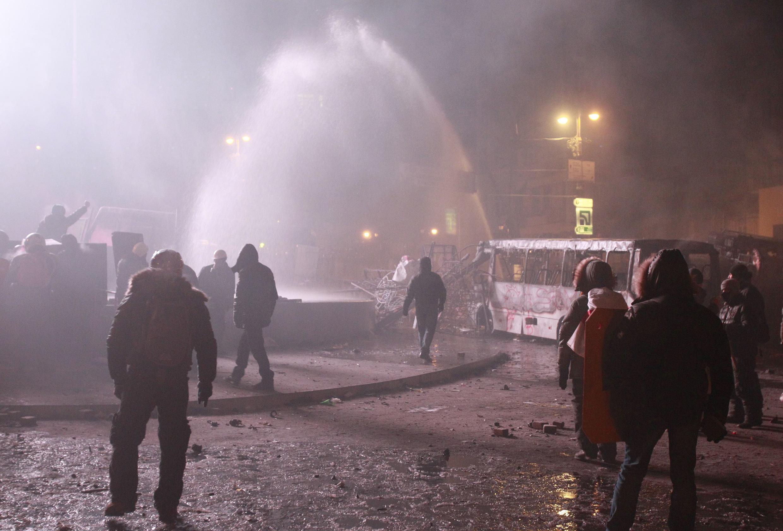 Водомет на улице Грушевского 19 января 2014 г.