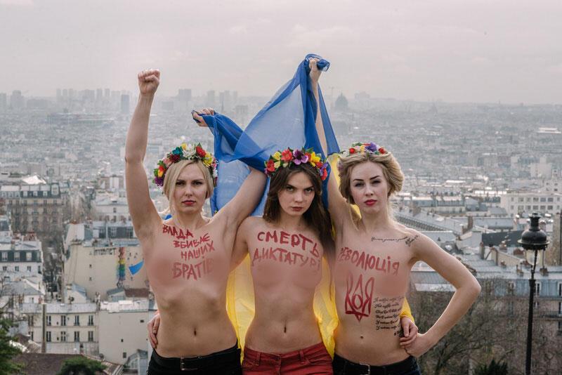 Акция активисток FEMEN на Монмартре в Париже. Яна Жданова - слева.