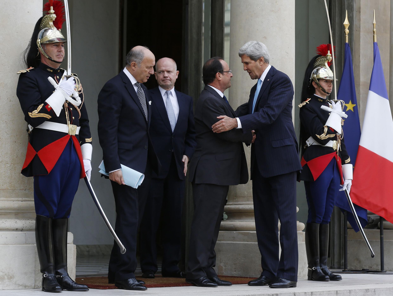 Франсуа Олланд обсуждает сирийской вопрос с Джоном Керри и Уильямом  Хейгом в Елисейском дворце