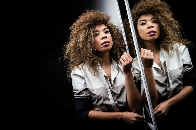 """A cantora carioca Flavia Coelho teve a turnê de seu quarto álbum, """"DNA"""", interrompida pela chegada da pandemia da Covid-19 na França"""
