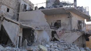 Pelo menos 76 pessoas, incluindo 28 menores de idade, morreram no domingo nos ataques aéreos contra seis bairros rebeldes de Aleppo, na Síria