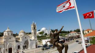 Флаги северного (турецкого) Кипра (слева) и Турции (справа) в деревне Рисо Карпасо в турецкой части Кипра