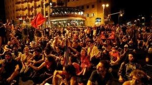 Des manifestants israéliens observent un sit-in pour protester contre la politique du gouvernement face à la crise économique, le 14 juillet 2020.