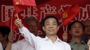 Ảnh ông Bạc  Hy Lai lúc còn là bí thư, khai mạc buổi trình diễn  bài ca Cách mạng  ở Trung tâm thể thao Trùng Khánh. Ảnh  tháng 06/ 2011