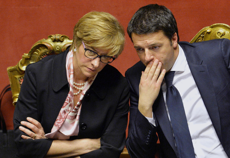 Bộ trưởng Quốc phòng Ý Roberta Pinotti và Thủ tướng Matteo Renzi - AFP / ANDREAS SOLARO