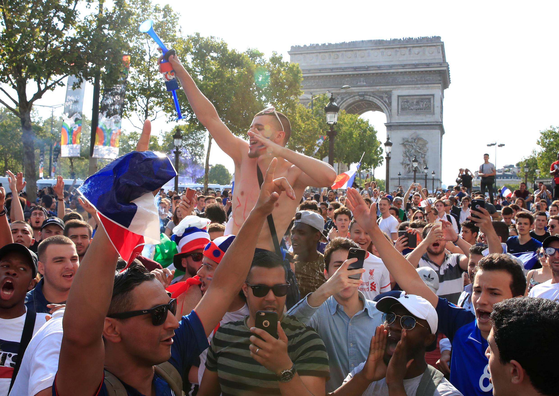 Французские болельщики на Елисейских полях в Париже