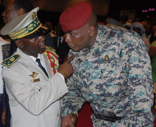 Conakry, 21 décembre 2010: l'ex- président Sékouba Konaté (en tenue de combat) s'entretient avec le général Nouhou Thiam,  son chef détat-major, démis de ses fonctions après les élections de novembre. Le général Thiam comparaît ce lundi.
