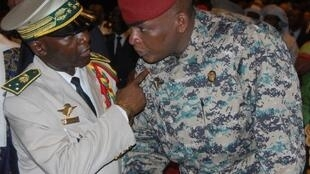 Conakry, 21 décembre 2010. L'ex-président Sékouba Konaté (en tenue de combat) s'entretient avec le général Nouhou Thiam, son chef d'état-major, démis de ses fonctions après les élections de novembre.