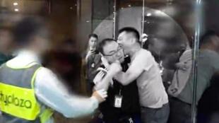 一名男子在太古城疑因政見不合與他人發生口角繼而情緒失控拔刀傷人,又咬斷和事佬的耳朵。(蘋果日報面書上載視頻截圖)