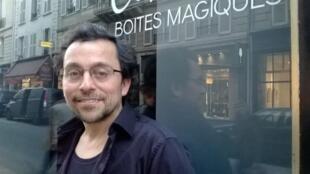 José Cuneo delante de la galería.