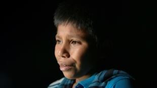 Oscar, un niño guatemalteco de 12 años que viajó solo durante un mes para unirse con su tío en Estados Unidos, llora tras cruzar el Río Grande desde México a Roma, Texas el 27 de marzo de 2021
