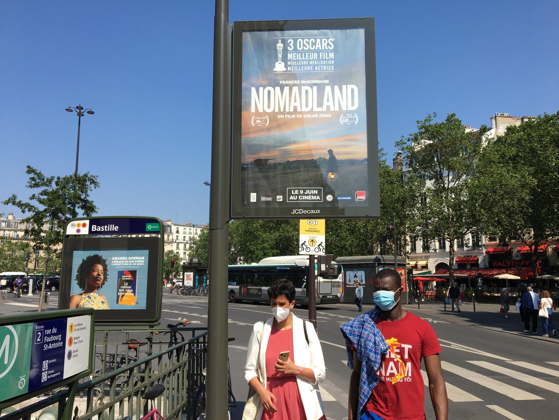 Une affiche de « Nomadland », de Chloé Zhao », dans les rues de la ville de Paris.  © Siegfried Forster / RFI