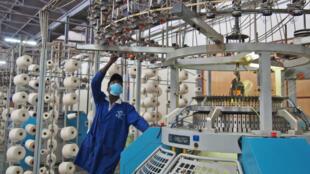 Un ouvrier dans la manufacture de coton Fine Spinners qui a bénéficié du programme Sunref, à Kampala, le 8 décembre 2017.